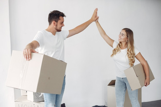Paar bewegt und benutzt kisten