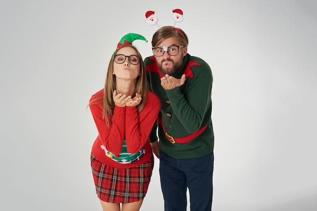 Paar bläst einige weihnachtsküsse