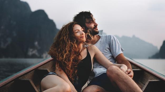 Paar bootfahren auf einem ruhigen see