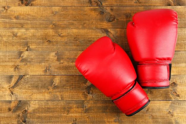 Paar boxhandschuhe auf holzbrettern hintergrund
