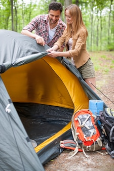 Paar camping im wald