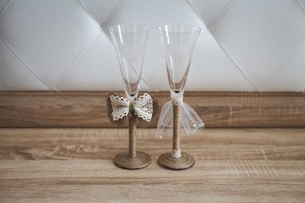 Paar champagnergläser für die hochzeit. das dekor von braut und bräutigam.
