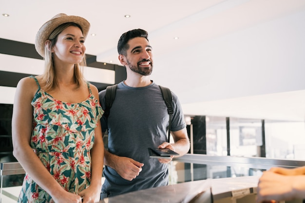 Paar checkt an der rezeption des hotels ein