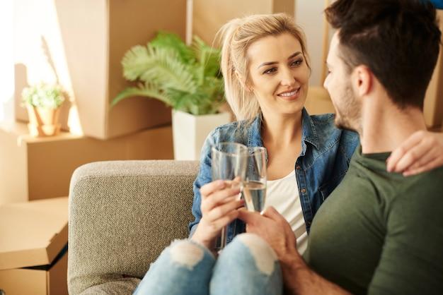 Paar chillt auf dem sofa mit getränken