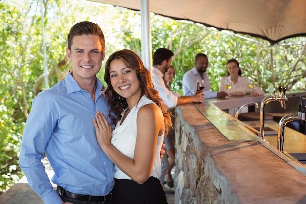 Paar, das am schalter im restaurant steht