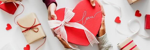 Paar, das am valentinstag ein geschenk gibt