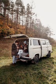 Paar, das auf einer karte nach einem neuen ziel sucht, während es in einem van sitzt