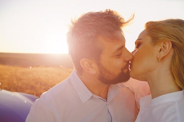 Paar, das auf einer sonnenuntergangsszene küsst