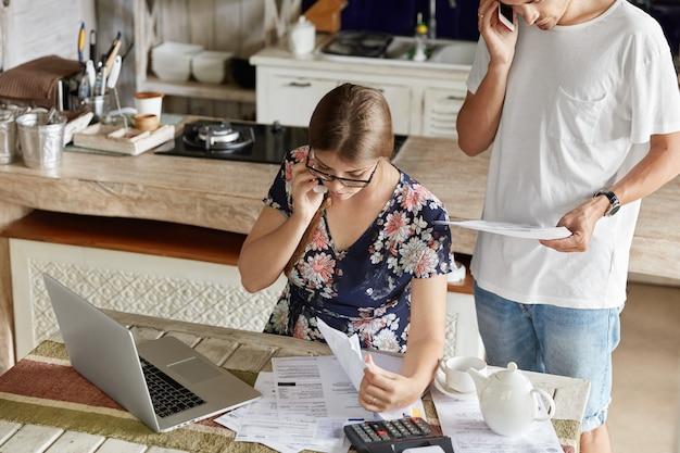 Paar, das budget zusammen in der küche verwaltet