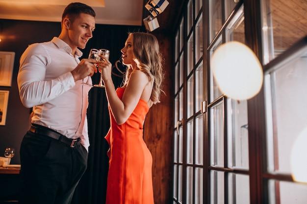 Paar, das champagner in einem restaurant am valentinstag trinkt