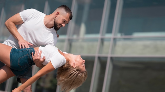 Paar, das draußen nach coronavirus mit kopierraum tanzt
