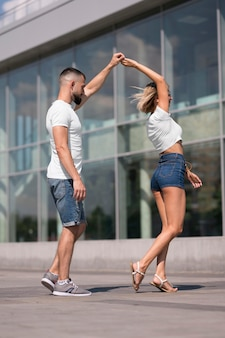 Paar, das draußen nach coronavirus tanzt