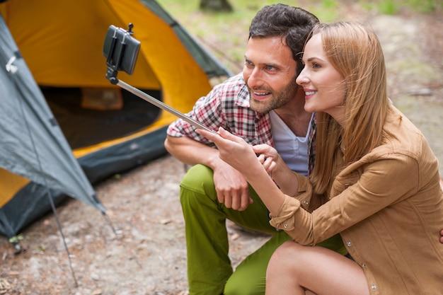 Paar, das ein foto auf dem campingplatz macht