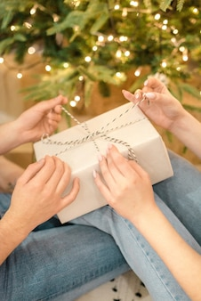 Paar, das ein geschenk auspackt