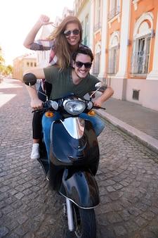 Paar, das ein motorrad in der stadt fährt