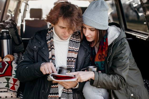 Paar, das eine karte während eines roadtrips überprüft
