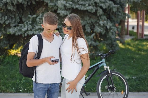 Paar, das fahrräder im sommerwald reitet