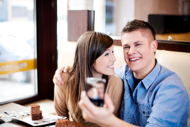 Paar, das foto im café macht