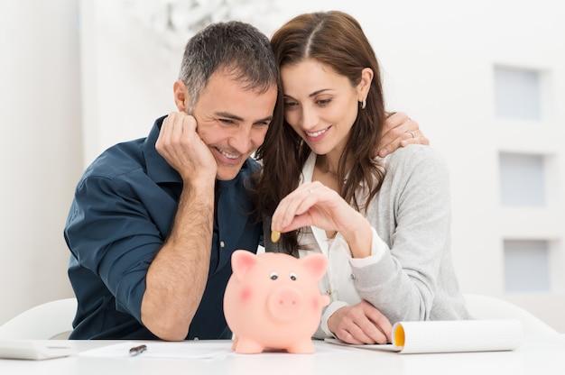 Paar, das geld spart