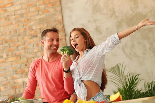 Paar, das gemüse in der küche kocht
