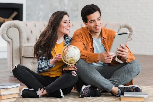 Paar, das geographie online lernt