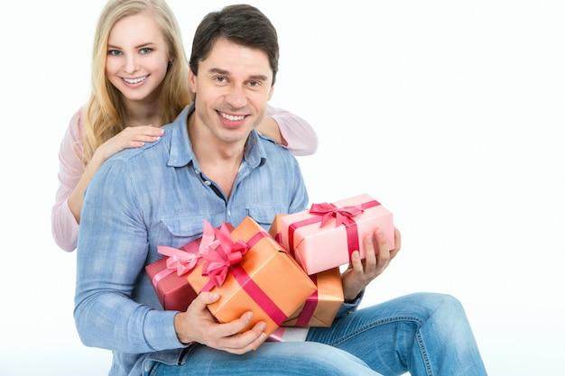 Paar, das geschenke hält
