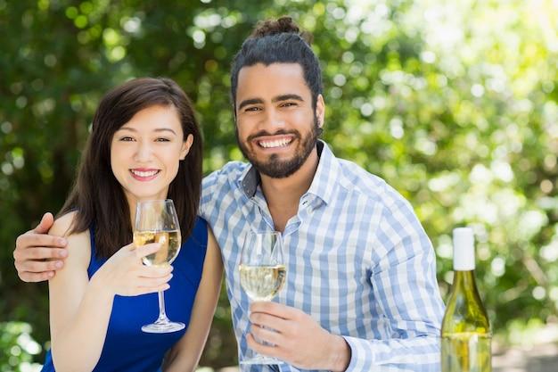 Paar, das gläser wein in einem restaurant hält
