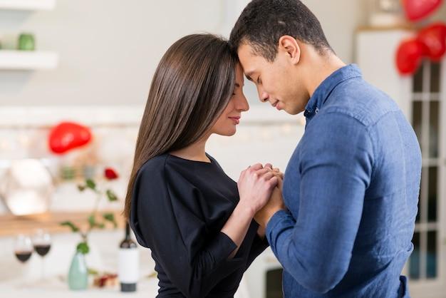 Paar, das hände am valentinstag mit kopienraum hält