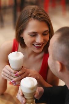 Paar, das kaffee mit schlagsahne trinkt