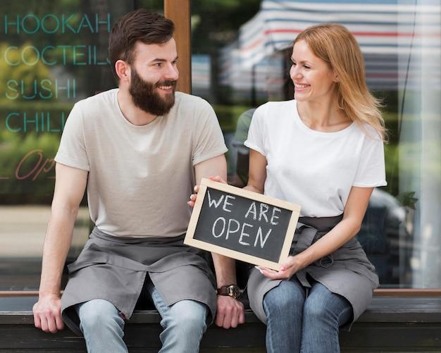 Paar, das kleines geschäft wiedereröffnet