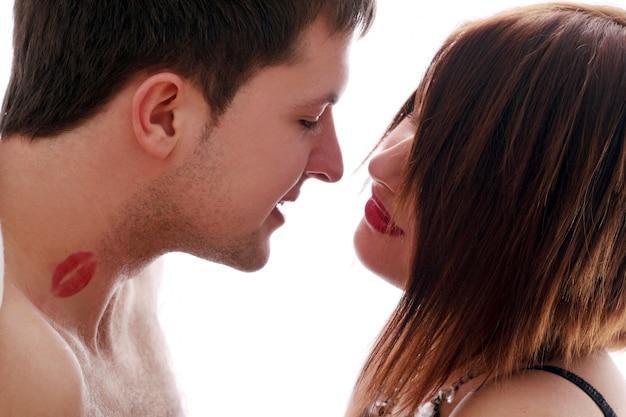 Paar, das liebe macht, kuss auf den hals