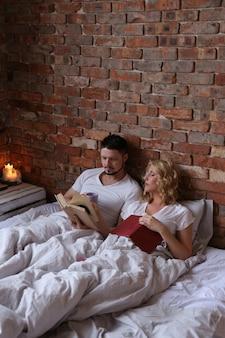 Paar, das liebe macht und im bett schläft
