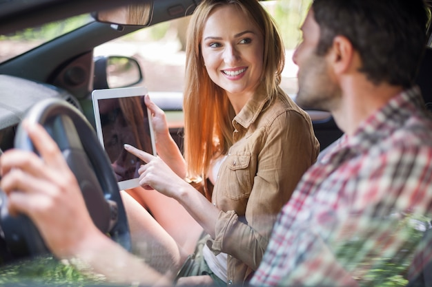 Paar, das mit dem auto in den urlaub fährt