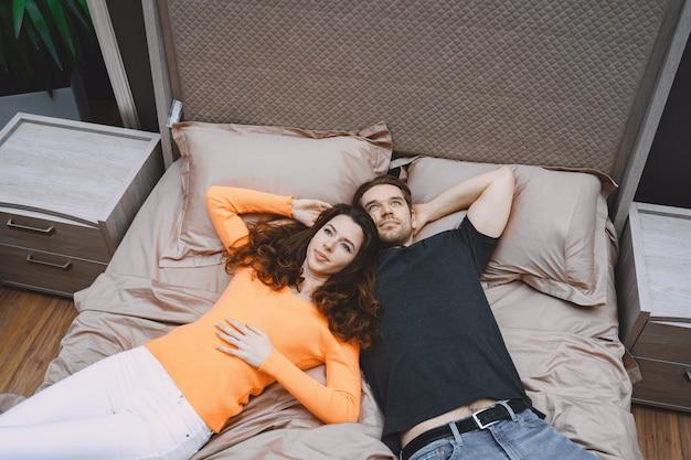 Paar, das möbel im möbelhaus wählt