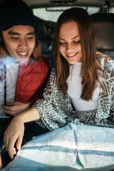Paar, das reise-feiertags-konzept erforscht
