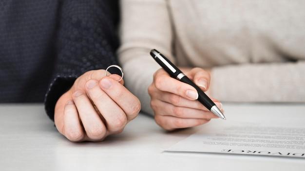 Paar, das scheidungsvertrag unterzeichnet