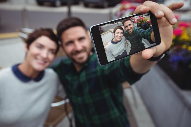 Paar, das selfie auf handy nimmt