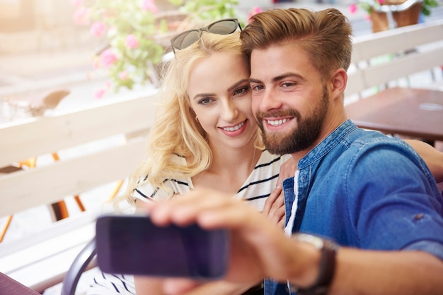 Paar, das selfie im café nimmt