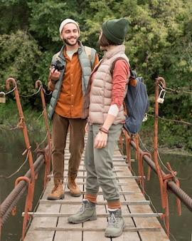 Paar, das sich auf holzbrücke ansieht