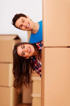 Paar, das spaß beim einzug in ein neues zuhause hat