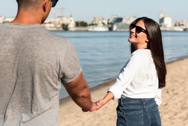 Paar, das spaß zusammen am strand hat