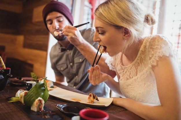 Paar, das sushi isst