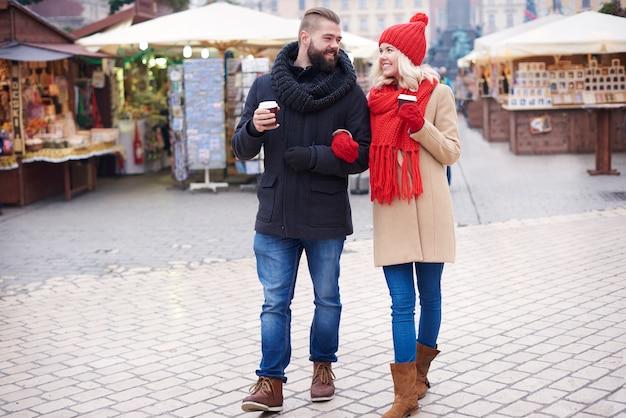 Paar, das um den weihnachtsmarkt herumgeht