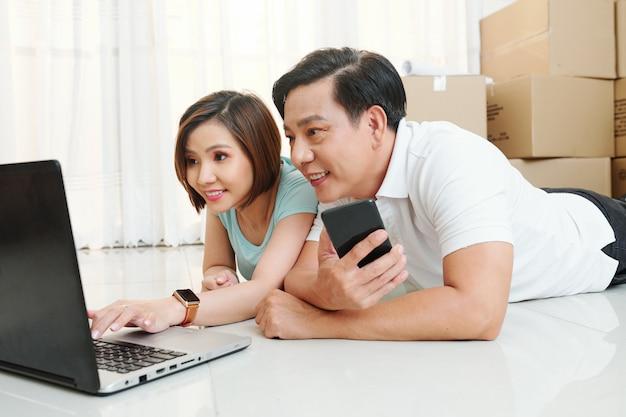 Paar, das umzugsunternehmen online bestellt