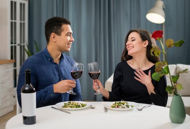 Paar, das valentinstag mit einer flasche wein feiert