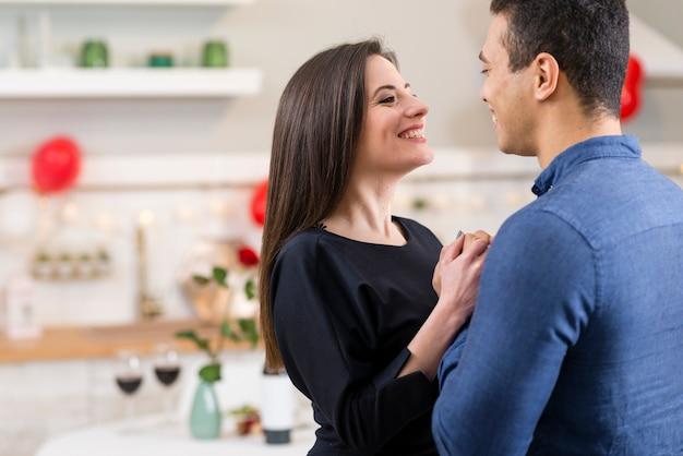Paar, das valentinstag mit kopienraum feiert