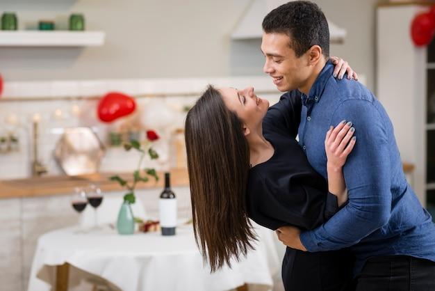 Paar, das valentinstag zusammen mit kopienraum feiert