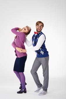 Paar, das versucht, wie profis isoliert zu tanzen