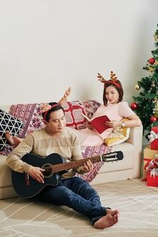 Paar, das weihnachten zu hause verbringt