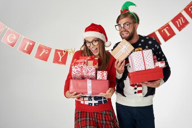 Paar, das weihnachtsgeschenke in den händen hält